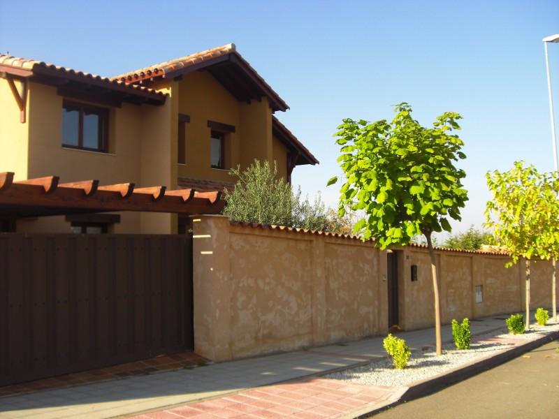 Construcción de vivienda unifamiliar y vallado